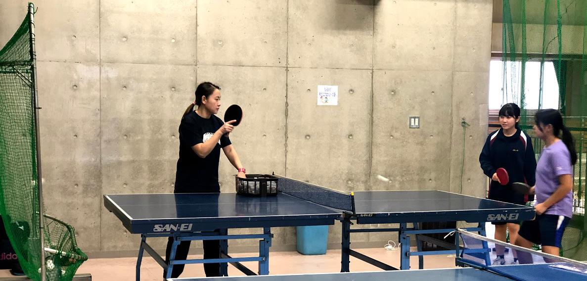卓球を教えている写真